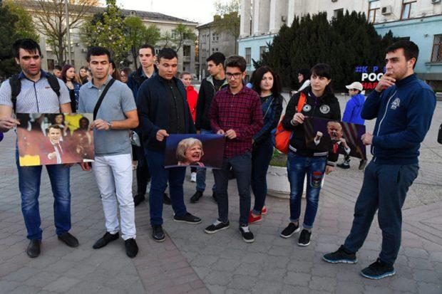 В Симферополе в воскресенье сожгли портреты Трампа, Макрона и Мэй
