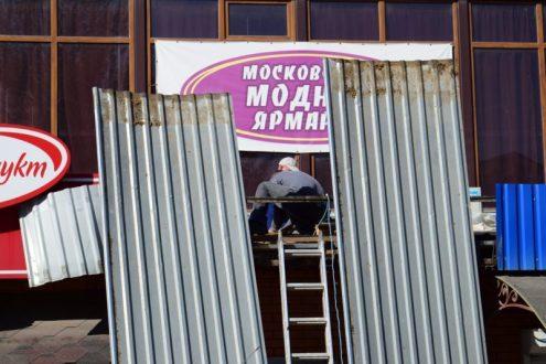 В Симферополе на площади Куйбышева продолжается демонтаж торговых объектов. Но «Куб» еще стоит