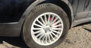В Ялте неизвестные хулиганы снова режут колеса и бьют стекла автомобилей