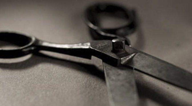 В Симферополе 72-летний покупатель кинулся на продавца магазина с ножницами