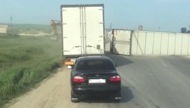 На дороге «Феодосия – Керчь» перевернулась фура