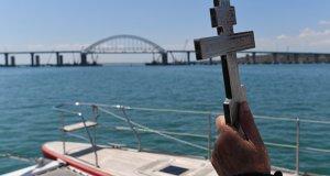Крымский мост освятили