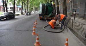 В Симферополе коммунальщики чистят ливневную канализацию