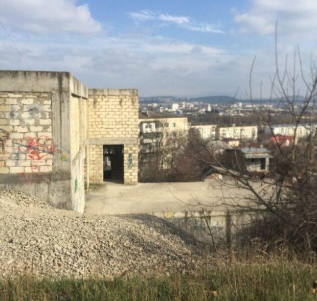 Администрация Симферополя разыскивает собственников заброшенного недостроя