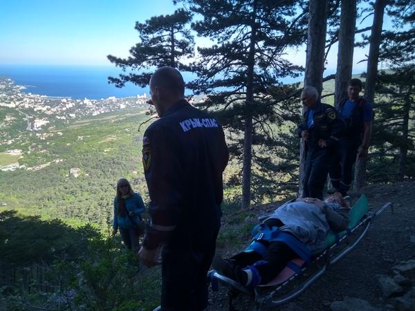 В Крыму, в горах со склонов сорвались двое туристов, а в котлован упал охранник