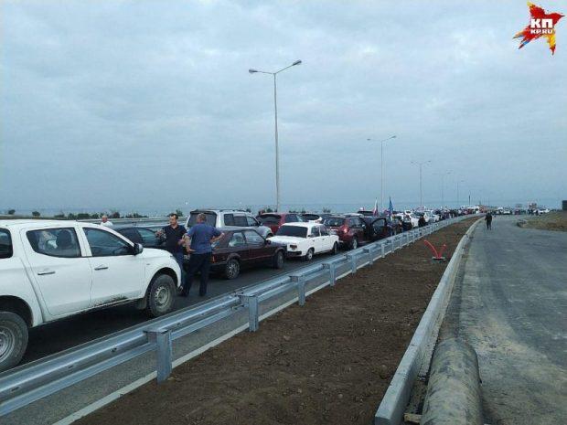 Крымский мост открыт для движения автомобилей