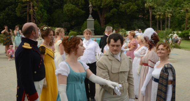 В Никитском ботаническом саду танцевали прекрасные дамы и галантные кавалеры