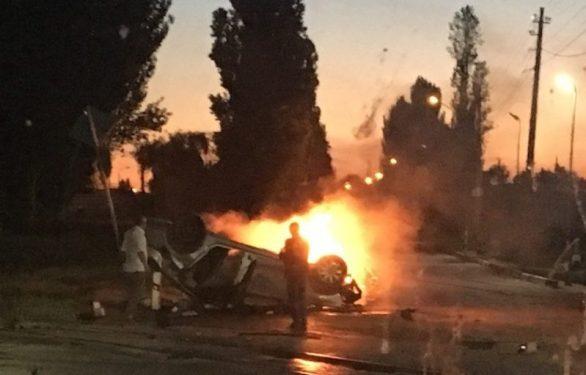 Ночное ДТП в Феодосии: на железнодорожном переезде перевернулся и сгорел автомобиль