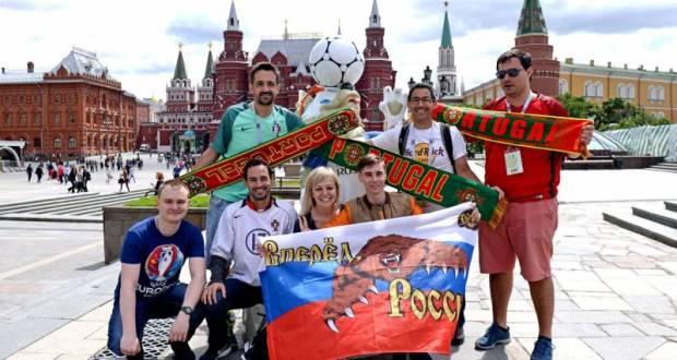 Футбольные фанаты, приехавшие из разных стран на Чемпионат мира