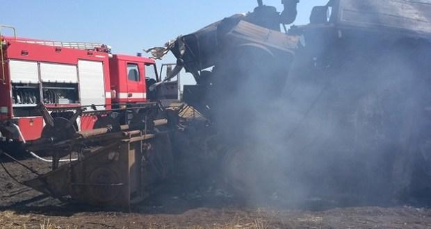 В Крыму в поле загорелся комбайн