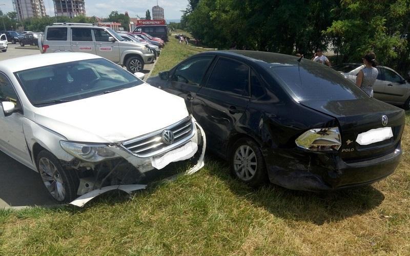 Нелепое ДТП на парковке у симферопольского «Ашана». Под «замес» автоледи попали четыре авто