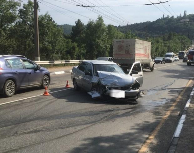 """ДТП на трассе """"Алушта - Ялта"""". Два разбитых отечественных авто"""