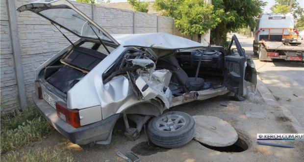 ДТП в Керчи: ВАЗ врезался в трактор