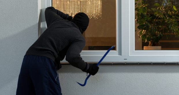 Домушник в Симферополе похитил компьютер, газовую колонку и 72 тысячи рублей