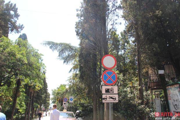 В Ялте запретили проезд от улицы Чехова к Набережной. Водители запрет игнорируют