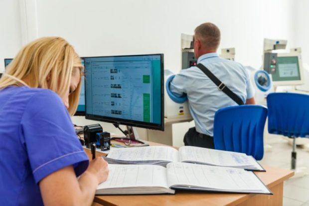 """Сотрудники аэропорта Симферополя к работе приступают после """"общения""""... с роботами"""
