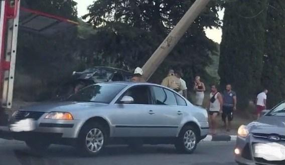 ДТП на въезде в Алушту. «Peugeot» чуть не снес опору линии контактной сети