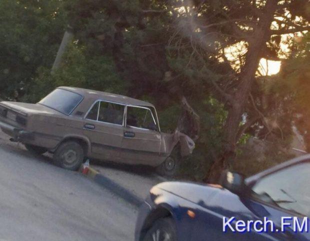 Вечернее ДТП в Керчи. ВАЗ остановило дерево