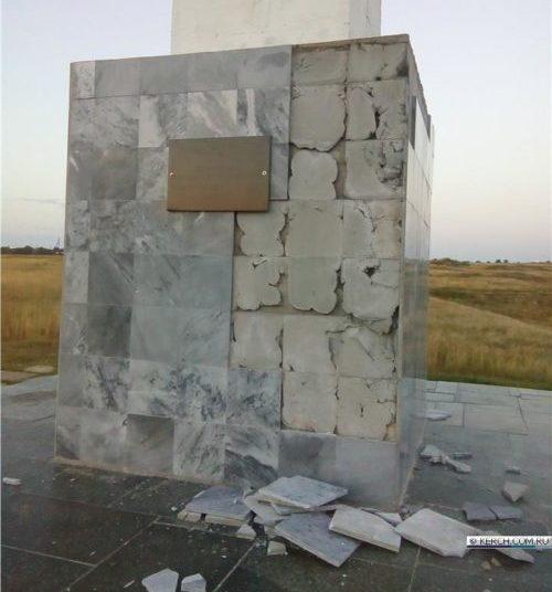 В Керчи вандалы «разбирают» памятник воинам в посёлке Аджимушкай