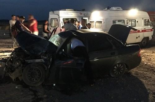 В районе Крымской розы столкнулись грузовик и ВАЗ. Трое пострадавших