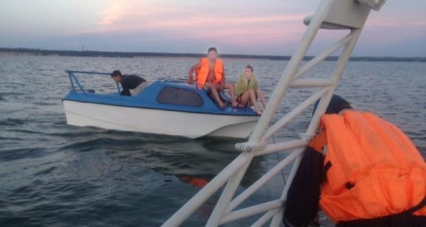 Под Евпаторией дядьки решили покататься на лодке. Заглох мотор, а вёсел не было…