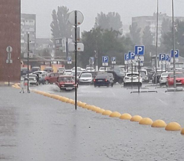 Дождь, град, затопленный район железнодорожного вокзала. Погода издевается над Симферополем