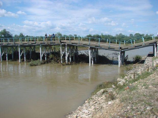 Пока же мосты падают на Украине. В июле, к примеру, рухнул мост в Калушском районе Ивано-Франковской области. Его построили в 60-е годы прошлого века. Со времен Союза никто палец о палец не ударил. За мостом не следили, его не ремонтировали, не проверяли. Ни разу! В 2010-м списали на ремонт какие-то деньги, и забыли… Зато теперь тамошние власти отчитались: возле аварийного моста установлены предупреждающие знаки.