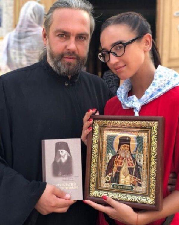 Ольга Бузова перед концертом посетила в Свято-Троицкий женский монастырь в Симферополе