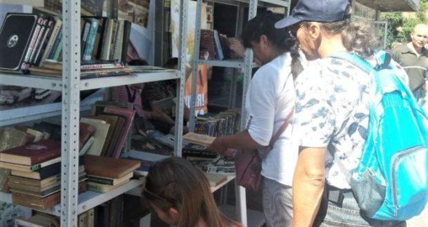 """На автовокзале Ялты прошла акция """"Книга в дорогу"""""""