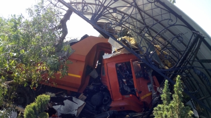 На трассе Симферополь-Армянск у КАМАЗа на ходу разорвало колесо