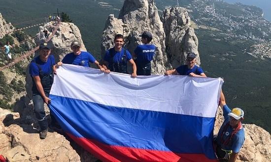 На Ай-Петри спасатели установили флаг России