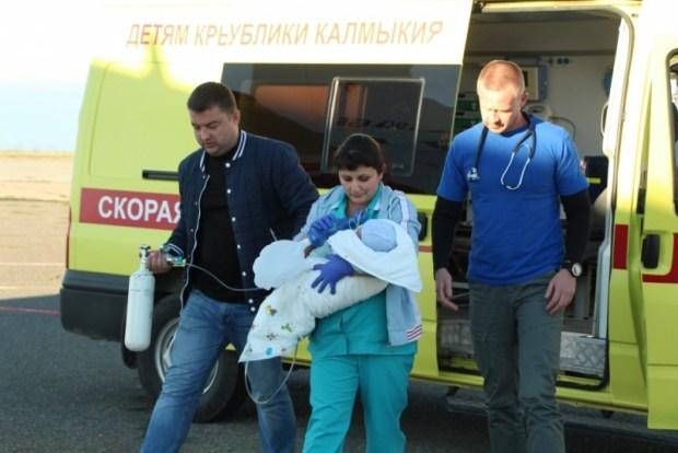 Спецборт МЧС доставил тяжелобольного ребенка из Крыма в Москву.