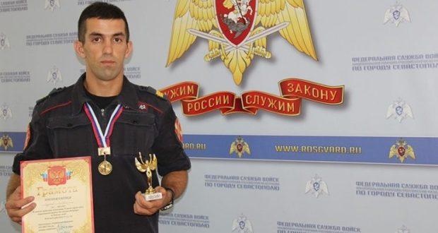 Роберт Музаев из Севастополя - чемпион Южного округа войск нацгвардии РФ по боевому самбо