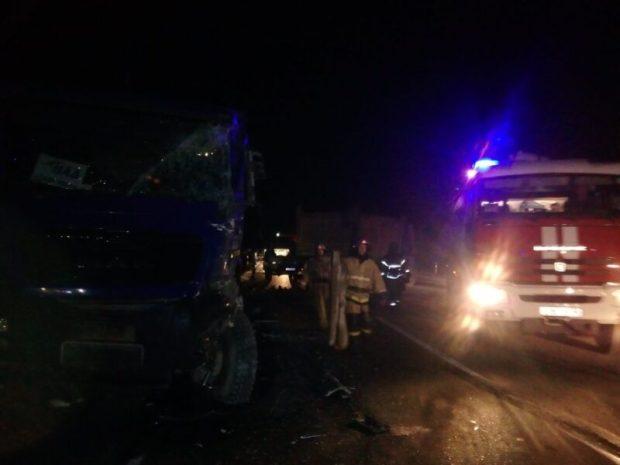 Это не битва трансформеров, это ДТП в Белогорском районе Крыма. Два грузовика – в хлам
