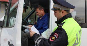 В Симферополе инспекторы ГИБДД проверяют пассажирские автобусы