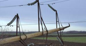 Дождь повредил опору линии электропередач. В Бахчисарайском районе без света оставались три села