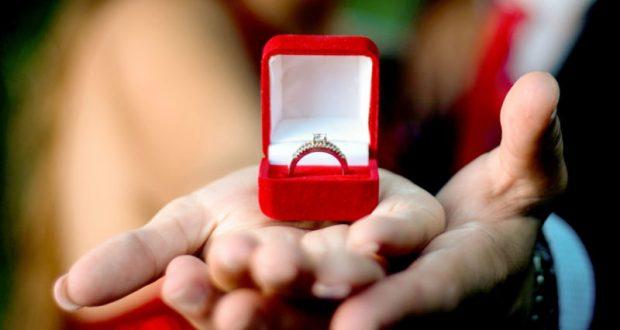 Какое золотое кольцо подарить девушке?