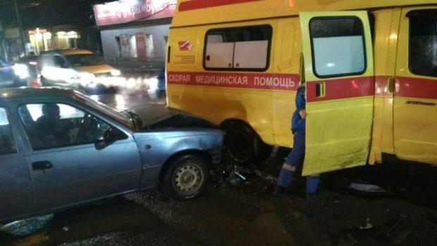 Вечернее ДТП в Симферополе. Не разъехались легковая «Нексия» и «Скорая помощь»