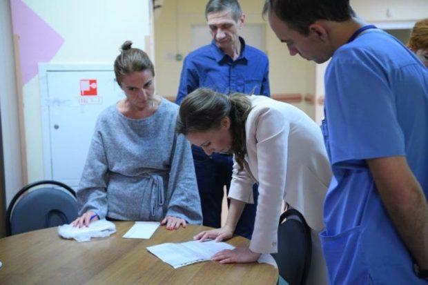 Детский омбудсмен навестила в московском НИИ детской хирургии пострадавших в Керченском политехе