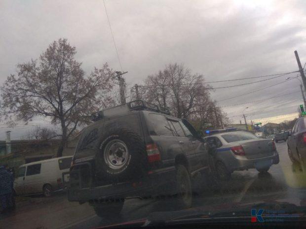 Странное ДТП в центре Симферополя. Джип врезался в патрульную машину