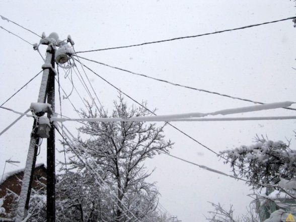 След циклона в Крыму. Снегопад и ветер повалили почти 50 столбов линий электропередач