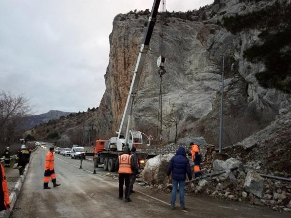 Обвал на трассе «Ялта – Севастополь». Движение транспорта затруднено