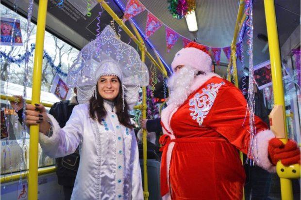 Новогодний троллейбус колесит по центру Симферополя