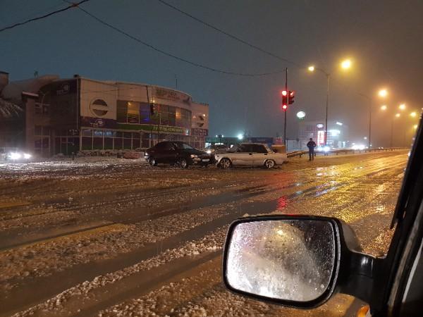 Вечерний и ночной снег превратился в реки на дорогах. Коммунальщики старались, но…