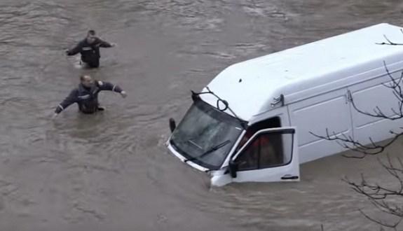 """Так много вопросов... В Крыму """"утонул"""" микроавтобус"""