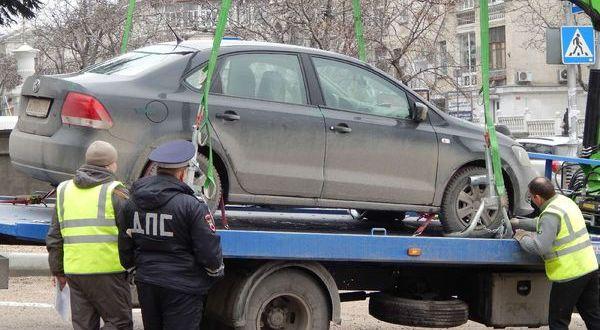 Нарушителям на замету: в Крыму подорожала эвакуация автомобилей