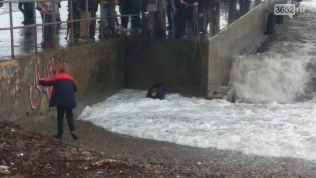 ЧП в Ялте: подростка смыло с пирса в бушующее море