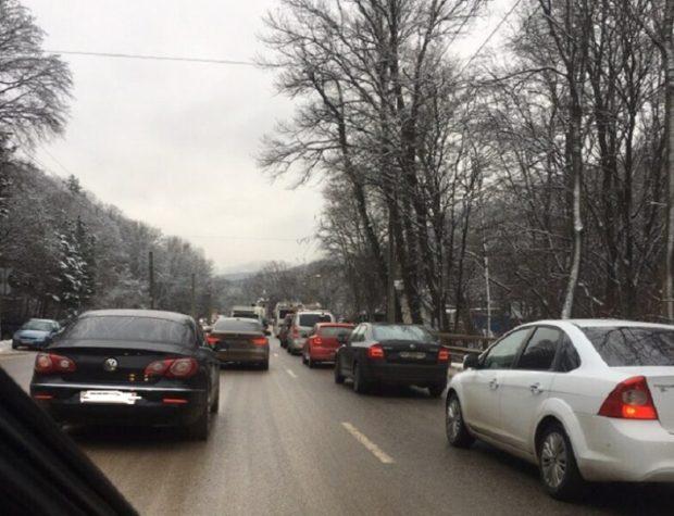 Автомобильные заторы в горах. Введено ограничение движение транспорта на Ай-Петри