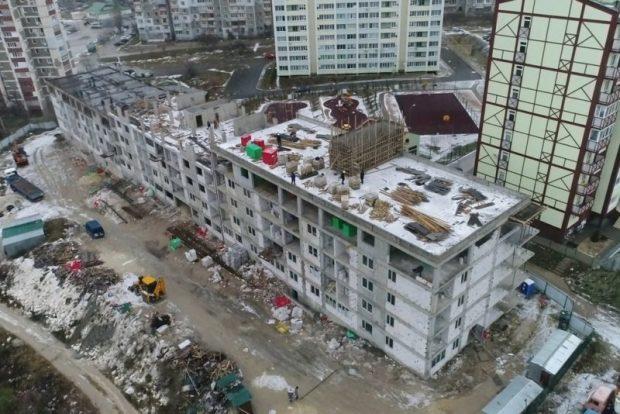 В Симферополе строят многоквартирный дом для льготников. Отставание от графика есть, но строят же