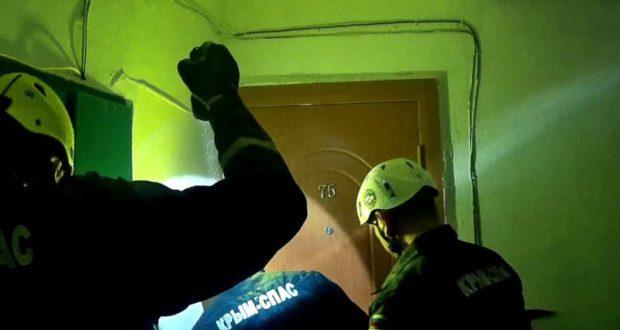 В Феодосии «КРЫМ-СПАС» помог врачам «Скорой» «пробиться» к запертому пациенту